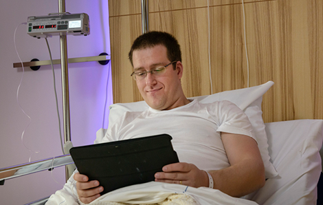 Patient in bed met tablet